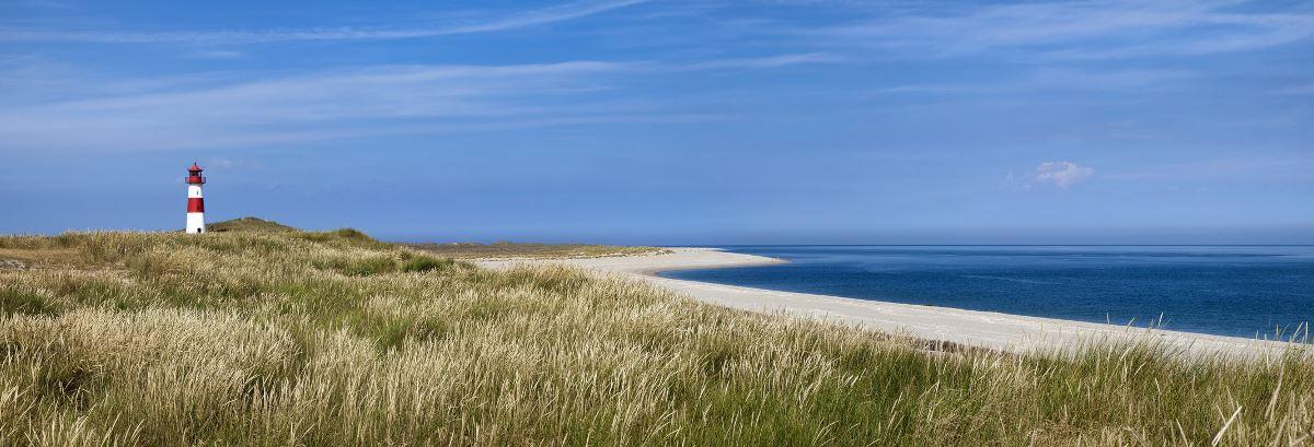 Nordseestrand mit Leuchtturm