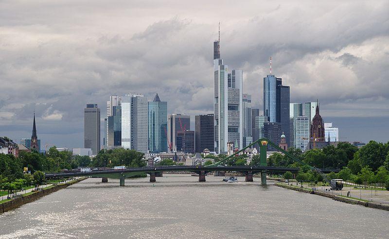 Am Museumsufer in Frankfurt am Main finden sich zahlreiche Museen, die sich mit der Geschichte Frankfurts, Film, Technik, Kunst oder Literatur beschäftigen.