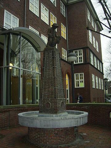 Brunnen vor dem Hygieneinstitut in der Marckmannstraße, Hamburg - Rothenburgsort