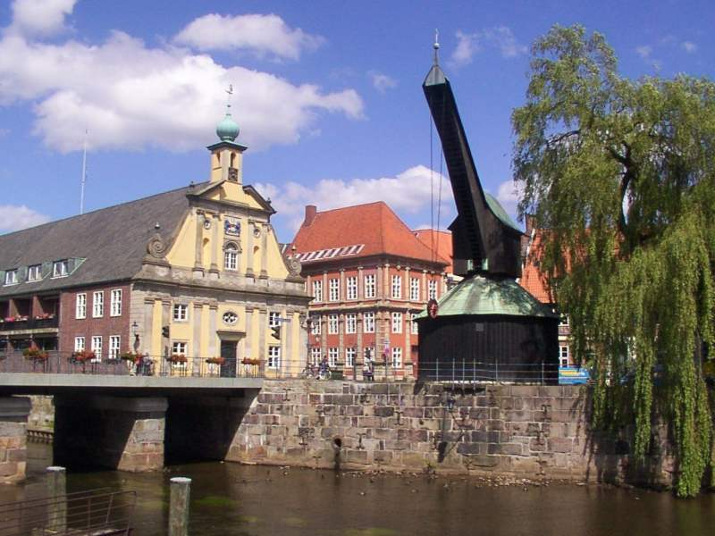 Der Alte Kran im alten Hafen Lüneburgs ist ein Wahrzeichen der Stadt