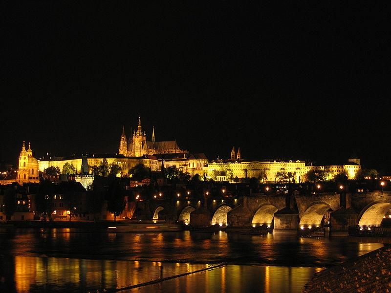 Prager Burg in der Nacht.