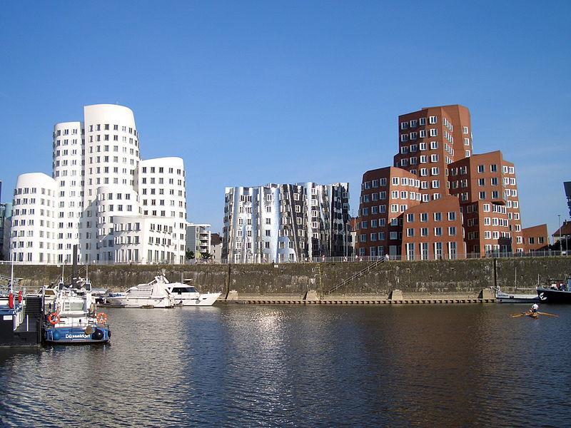 Medienhafen mit den krummen Häusern von Gehry