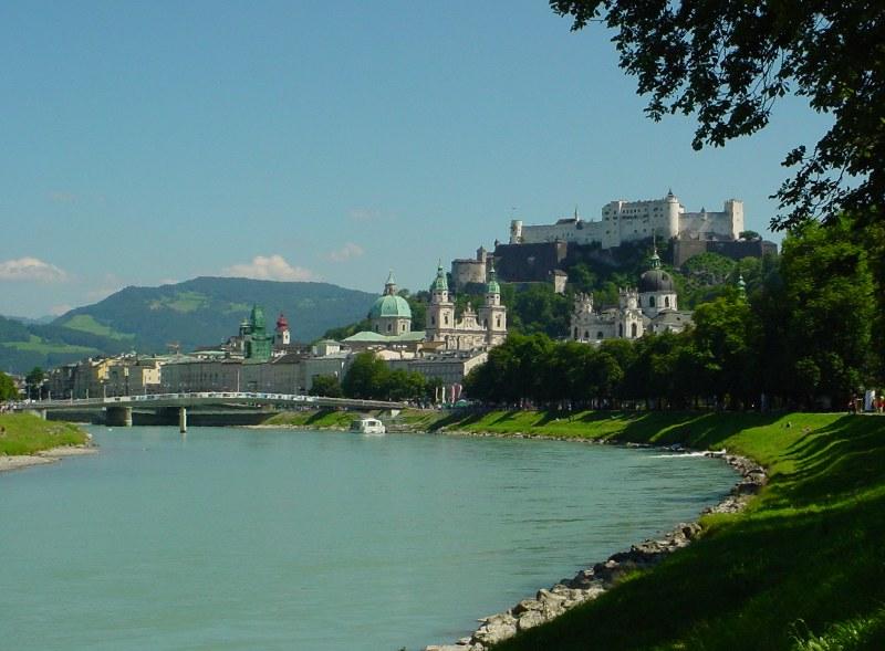 Blick auf Salzburg über die Salzach