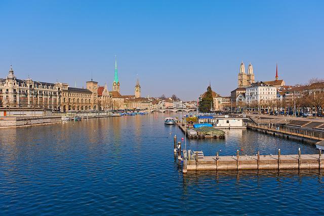 Blick auf die Stadt Zürich über die Limmat