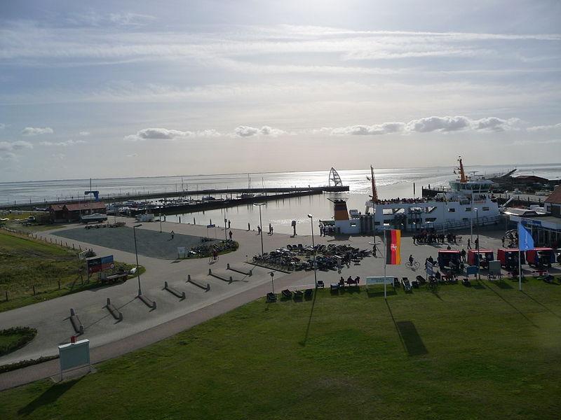 Blick vom Leuchtturm auf den Hafen und die Seebrücke