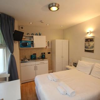 Basic Studio Apartment West Kensington London - London