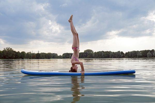 Frau macht SUP-Yoga