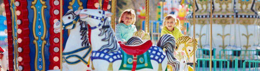 Kinder auf Karussell