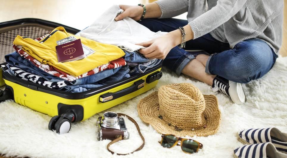 Frau packt ihren Koffer