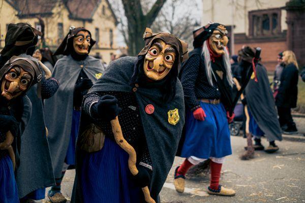 Verkleidete Hexen zur Feier der Walpurgisnacht im Harz