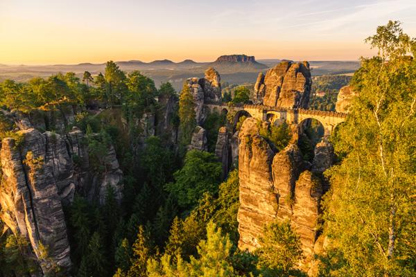 Das Elbsandsteingebirge mit der Bastei in der Sächsischen Schweiz