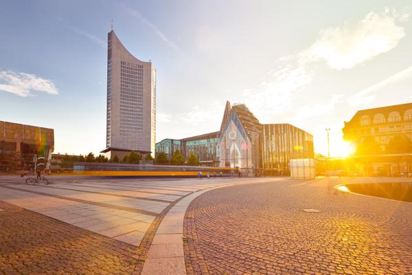 Der Augustusplatz in Leipzig mit City-Hochhaus und Universität