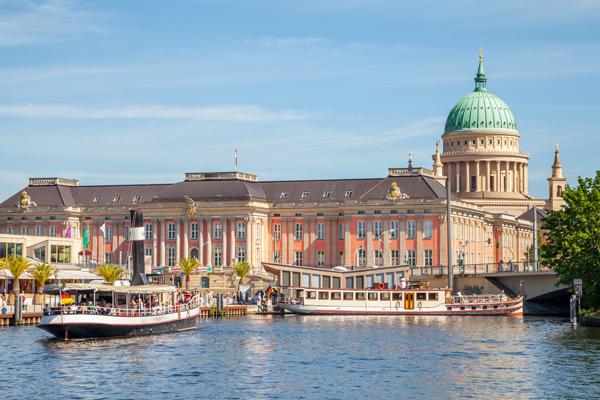 Die Nikolaikirche und der Landtag in Potsdam