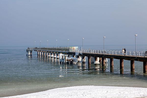 Verschneiter Steg am Timmendorfer Strand