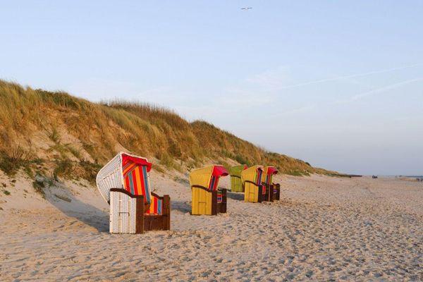 Strandkörbe auf Sylt bei Abendsonne