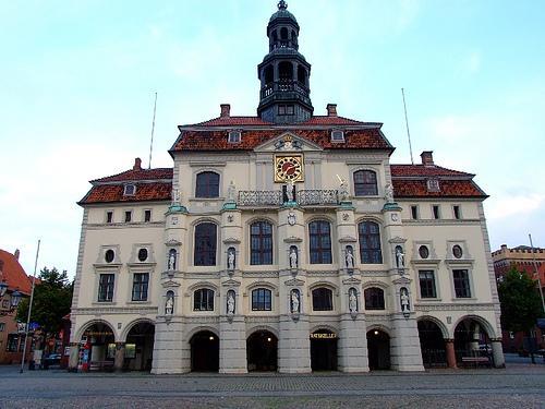 Das Rathaus fasziniert mit seiner barocken Fassade