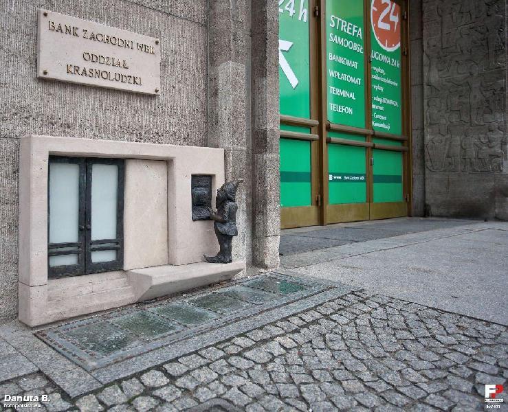 Breslauer Zwerg holt Geld in der Zwergenabteilung der Bank. Einer von knapp 300 Zwergen in Breslau.