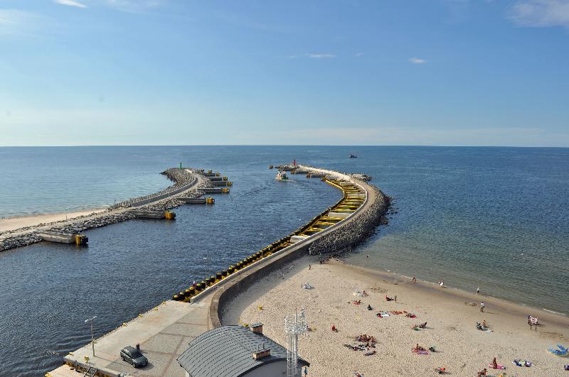 Kołobrzeg - plaża i wjazd do portu