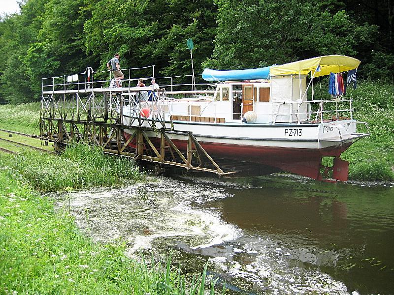 Oberländischer Kanal - er verbindet mehrere Seen miteinander. Teilweise werden die Boote auf Schienen transportiert.
