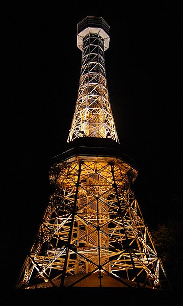 Petrin tower in der Nacht