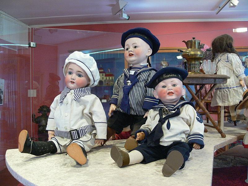 Puppen mit Matrosenkleidung