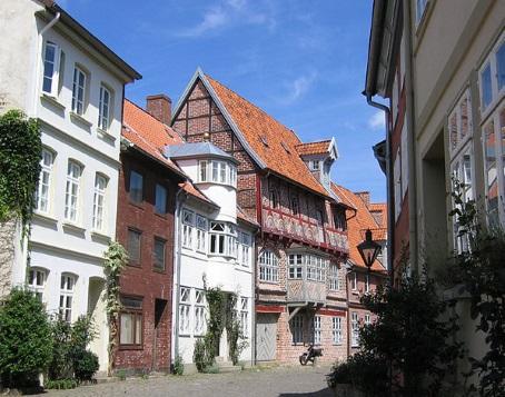 Die malerische Altstadt Lüneburgs lädt zum Schlendern ein und bezaubert mit den schönen Giebeln