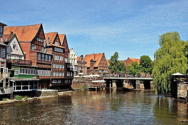 Am alten Hafen in Lüneburg befindet sich der Alte Kran und Lüneburgs Kneipenmeile, der Stintmarkt
