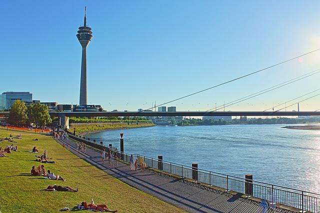 Rheinufer mit Blick auf den Fernsehturm