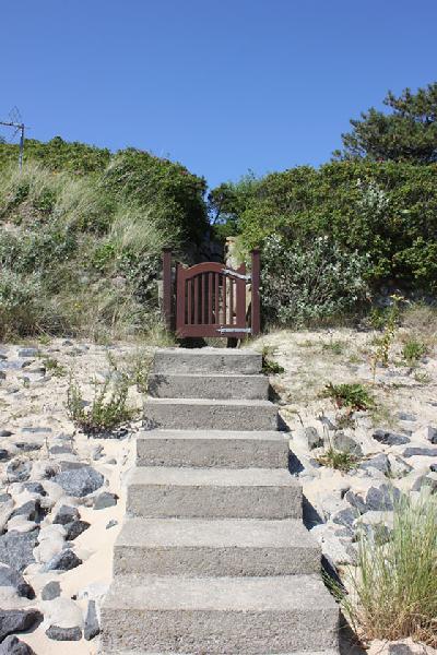 Steintreppe mit Holztor