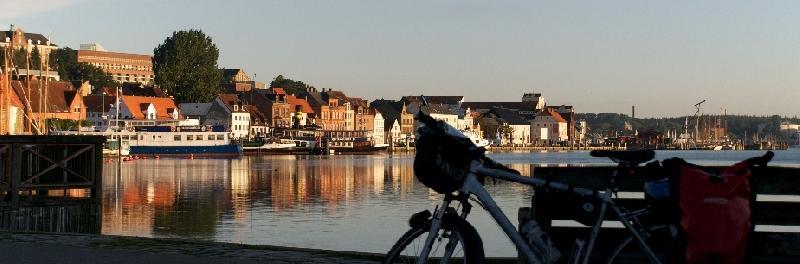 Blick über den Hafen auf Flensburg