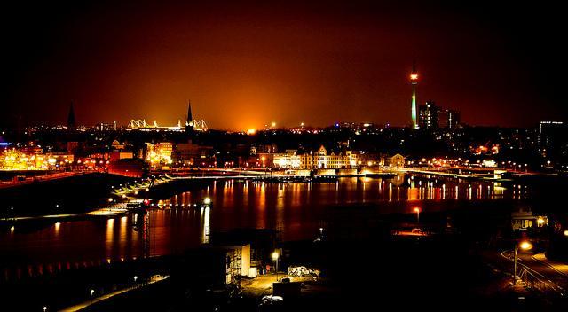 Blick auf den Phönix-See und Dortmund bei Nacht