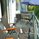 Fewo A**** - Balkon mit Sitzgruppe, Liegestühle + E-Grill