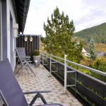 großer Balkon mit Panoramablick, Sitzgruppe, E-Grill und Sonnenschirm