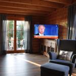 der Flachbildfernseher mit 138er Diagonale und HD-Karte ist ausklappbar :-)