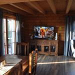 oder man lässt den Fernseher an der Wand und kann vom Esstisch und der Küche aus gucken - fürs Frühstücksfernsehen gern genommen