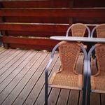 Terrasse mit Grill, Windschutz und Sonnensegel