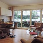 Wohnzimmer mit Gartenblick und -zugang