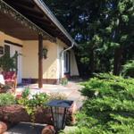 Westansicht: Veranda, Terrasse und Hauseingang!