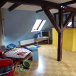Sitzbereich Spielzimmer im Dachgeschoss, mit kleiner Klappcouch, Tisch und Stühle