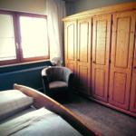 Schlafzimmer mit großem Kleiderschrank.