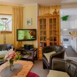 Wohnzimmer mit SAT - TV & DVD, zweier Sofa & Sessel.