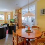 Blick ins Wohnzimmer, Sesselecke und Essecke