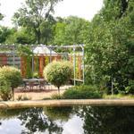 Teich und Terrasse 1 mit Pavillon im Hintergrund