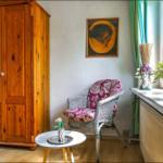 Die Sitzecke im großen Zimmer mit Doppelbett