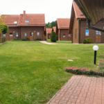 Blick über die große Rasenfläche in die Ferienanlage