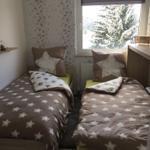 Blick in das Schlafzimmer mit 2 Einzelbetten, Verdunklungsrollo,Kleiderschrank und TV.