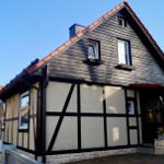 Wohnhaus des Vermieters mit dem Kaminzimmer für ein Frühstück und Stellplatz für einen PKW