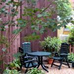 Sitzecke  auf dem Grundstück im Eingangsbereich der Ferienwohnung