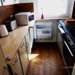 Küche mit Schränken, Kühlschrank, Mikrowelle, Toster, elektr. Allesschneider