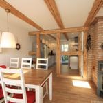 Küche mit Essplatz und Kamin